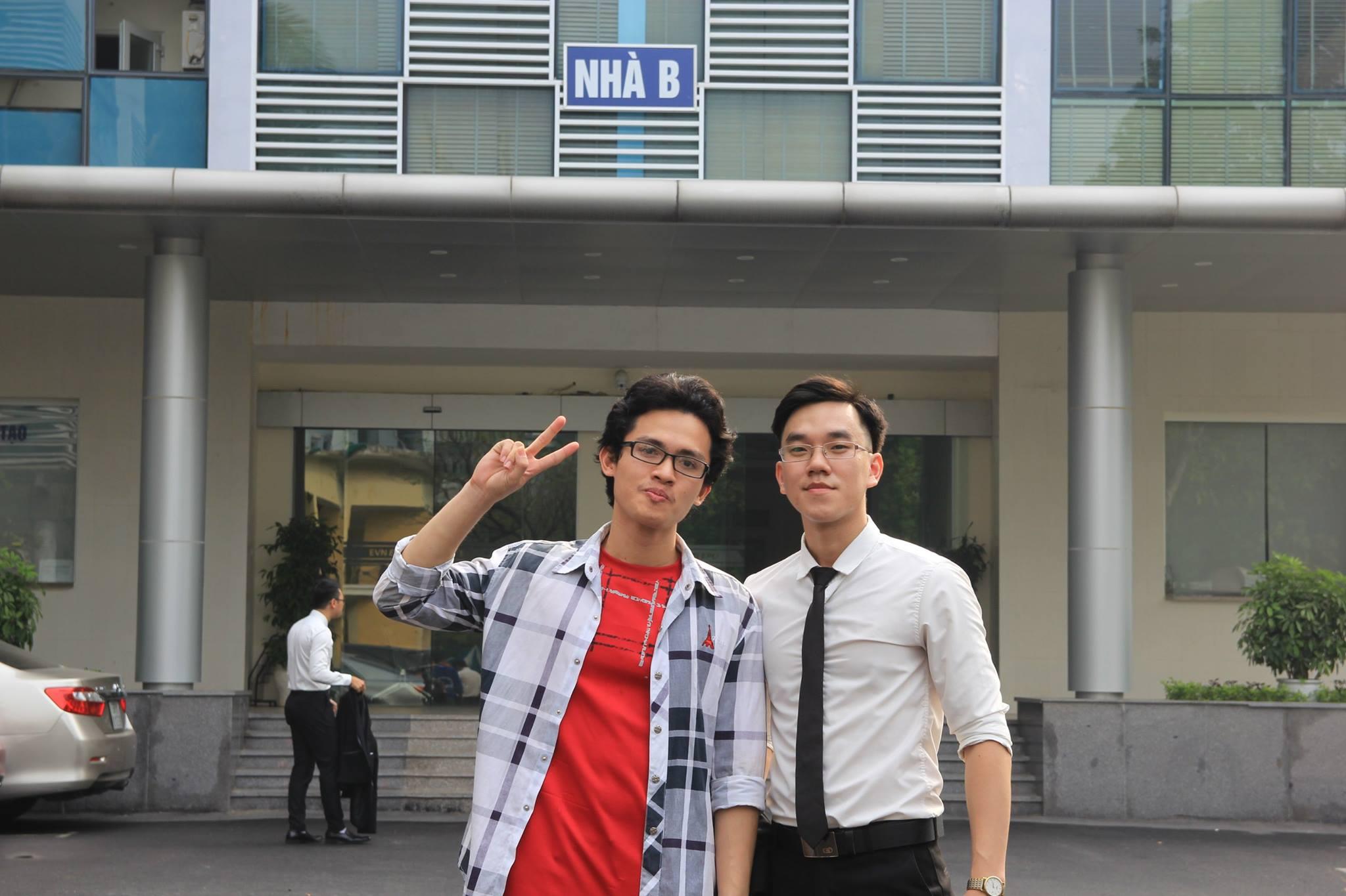 Vũ Tá Dương (bên trái) cùng bạn.